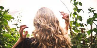 Dziewczyna z długimi, kręconymi, blond włosami.