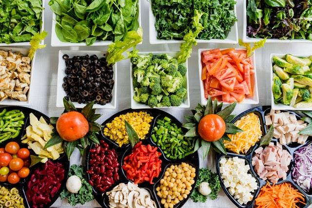 Kolorowe warzywa w małych miseczkach