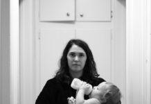 Mama karmiąca dziecko z butelki ze smoczkiem