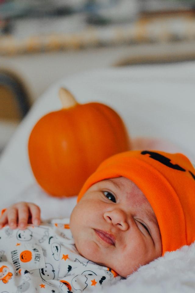 Niemowle w pomarańczowej czapce