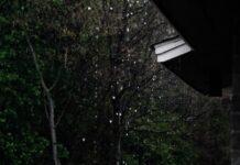 Fragment dachu i padający deszc