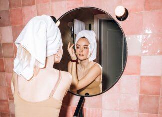 Dziewczyna dbająca o urodę przed lustrem