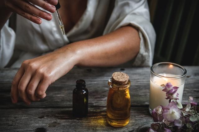 Dziewczyna używająca olejku do skóry