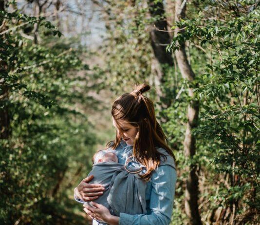 Mama nosząca dziecko w chuście