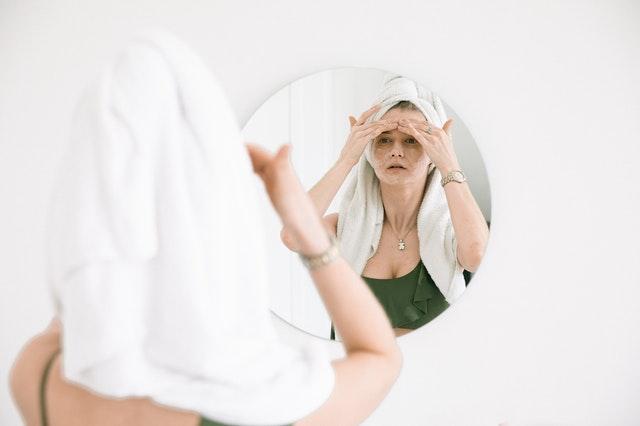 Dziewczyna myjąca twarz przed lustrem