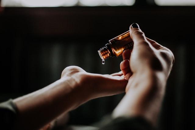Olejek w dłoniach