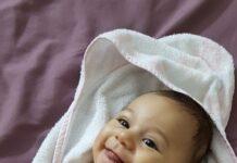 Mały chłopiec leżący w pieluszce jednorazowej