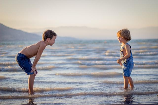 Dzieci bawiące się na brzegu morza.