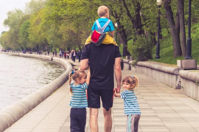 Tata spacerujący z 3 dzieci.