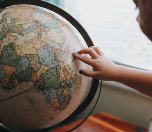 Dziecko bawiące się globusem