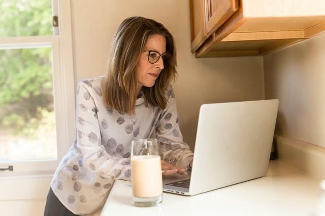 Mama pracująca przy komputerze