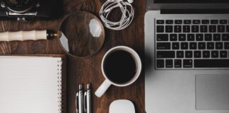 Biurko - komputer, kawa, notes i długopisy