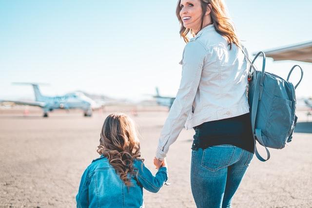 Mama z córką na lotnisku