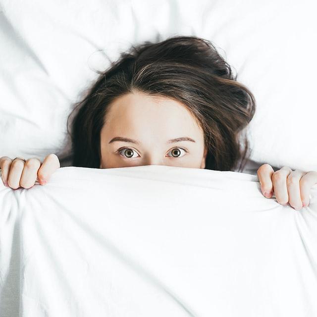 dziewczyna w łóżka nie mogąca zasnąć