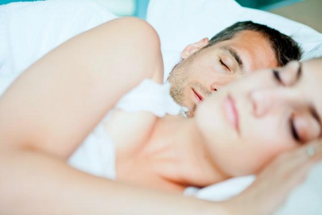 Para śpiąca w łóżku