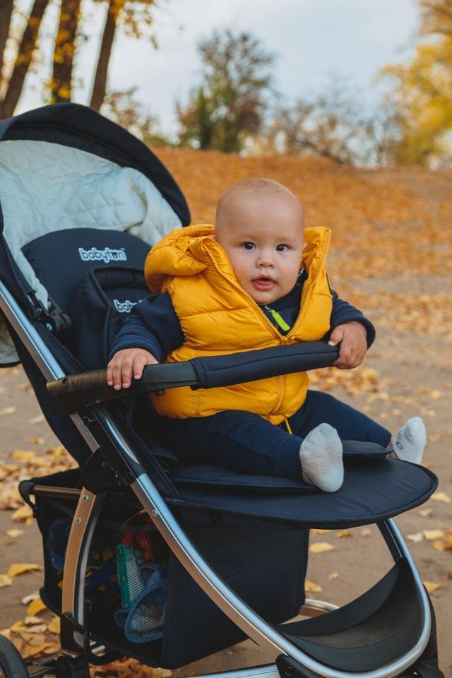 Dziecko w spacerówce.