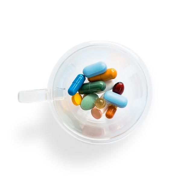 Kolorowe tabletki w kubeczku