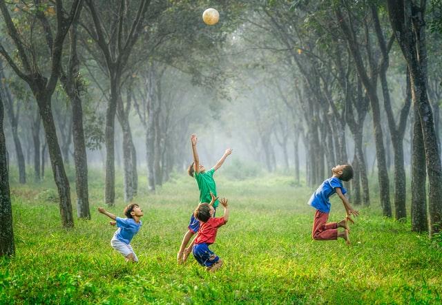 Dzieci grające w piłkę na łącze