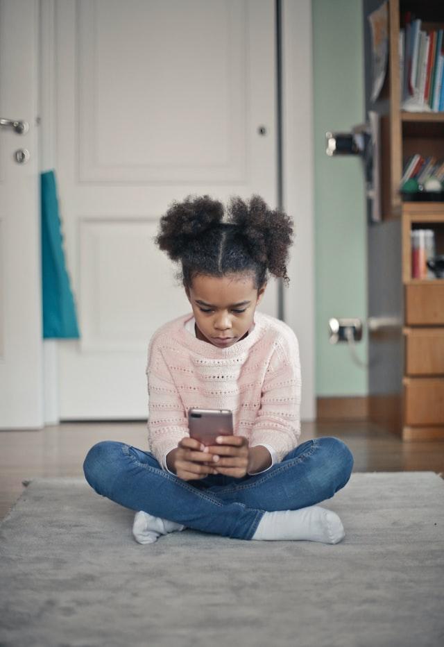 Dziewczynka grająca na telefonie