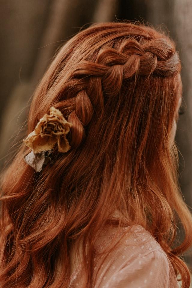 Dzieczyna z długimi, rudymi, włosami - warkocz.